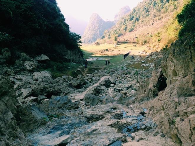 Tuy nhiên đi sâu vào vùng chân núi là điều không nên bởi khu vực này khá hiểm trở, nhiều mảnh đá sắc.
