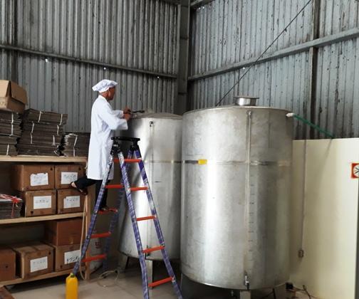 Anh Phạm Huy Bình- Quản lý Nhà máy chưng cất rượu Thiên Phúc đang kiểm tra quy trình tinh lọc rượu