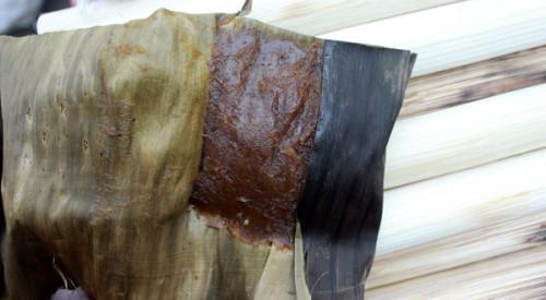 Bánh củ chuối dẻo thơm ngon lành, khi bóc lớp lá ra, màu cánh gián rất bắt mắt.
