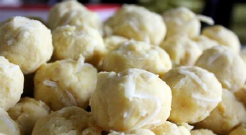 Nhân bánh là đỗ xanh lột vỏ, luộc lên rồi giã nát và trộn thêm đường hoặc dừa sợi.