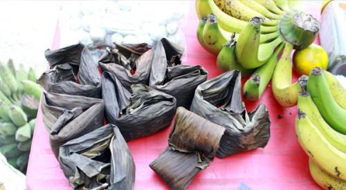 Bánh củ chuối được bày bán cùng các sản vật của địa phương khác trong khu hồ Ba Bể.