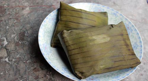 Bánh củ chuối được gói bằng lá chuối, hình vuông, dậy mùi thơm mát của củ chuối.