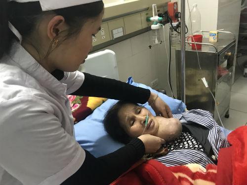 Chị Toan mang khối u to ở cổ nhưng không có điều kiện chữa trị.