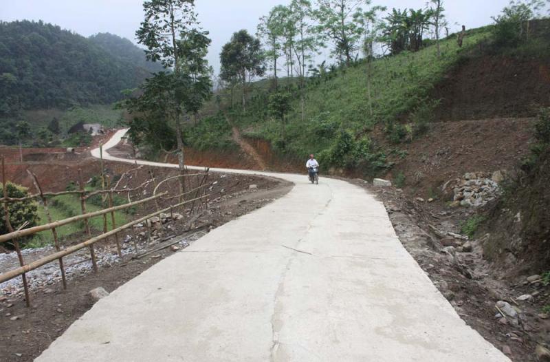 Nhiều khu dân cư ở huyện Ba Bể đường giao thông thuận lợi, tạo thêm điều kiện để người dân phát triển kinh tế.