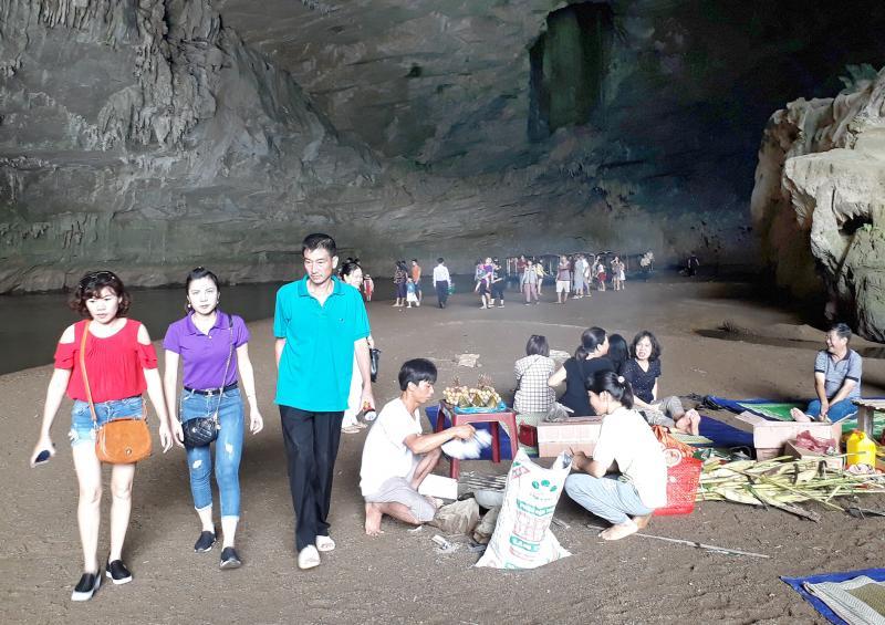 Du khách thăm động Puông và thưởng thức những món ăn đặc sản của núi rừng.