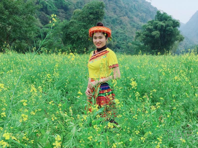 Các thiếu nữ xinh đẹp trong các trang phục dân tộc bên vườn cải.