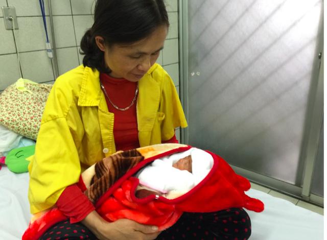 Cháu Bế Ngọc Đ ngủ ngon trong vòng tay của bà nội. Ảnh: M.Thanh