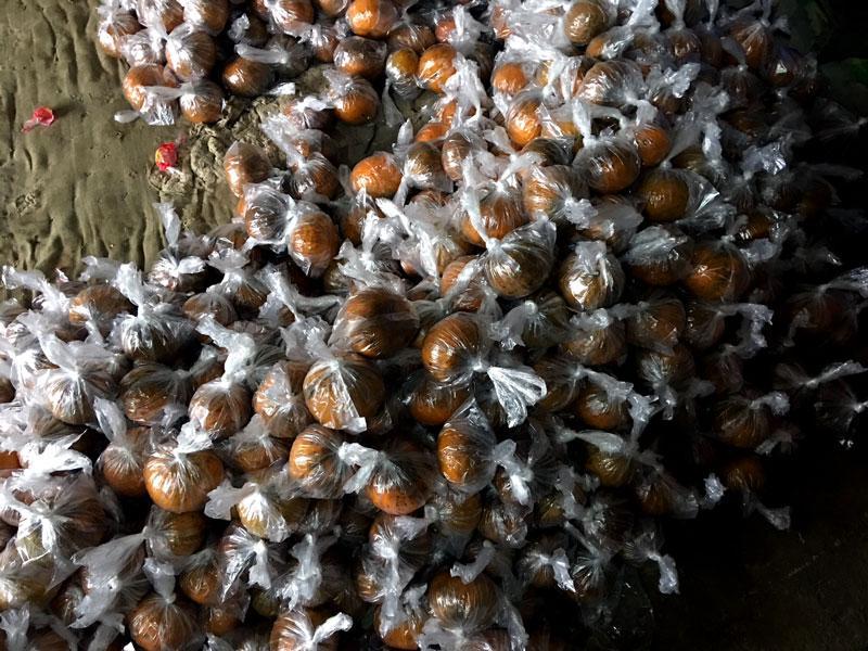 Dùng túi ni lông bọc và để nơi khô ráo là cách bảo quản cam vài tháng sau khi thu hoạch mà vẫn không bị hỏng.