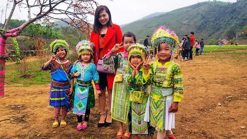 Nhiều bạn trẻ thích thú chụp ảnh với đồng bào người Mông.