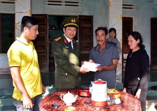 Đại diện Báo CAND trao tiền hỗ trợ cho bố, mẹ chiến sĩ Công an Lê Chí Phước.