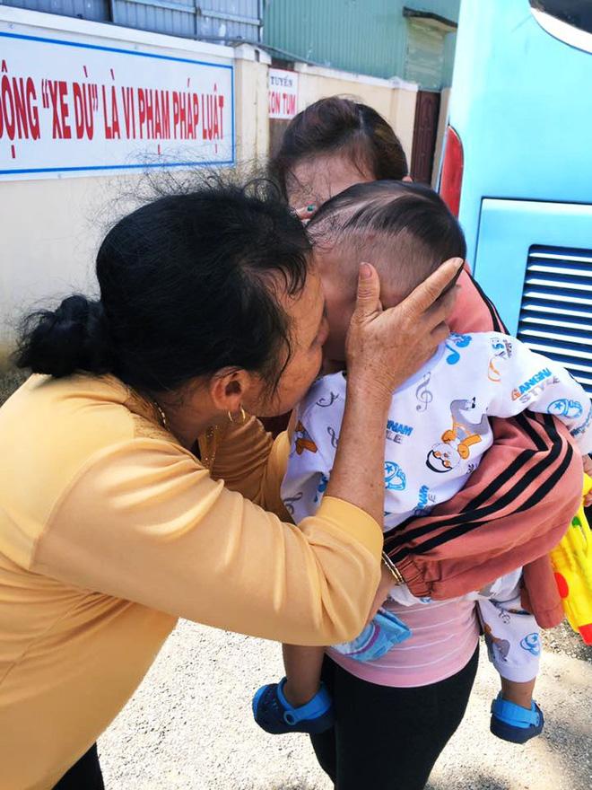Bà ngoại âu yếm, hôn tạm biệt cháu trước khi lên xe