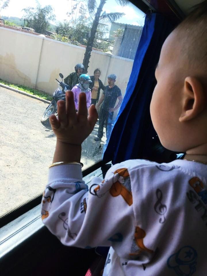 Đứa cháu ngoại giơ bàn tay bé nhỏ, non nớt vẫy chào tạm biệt ông bà