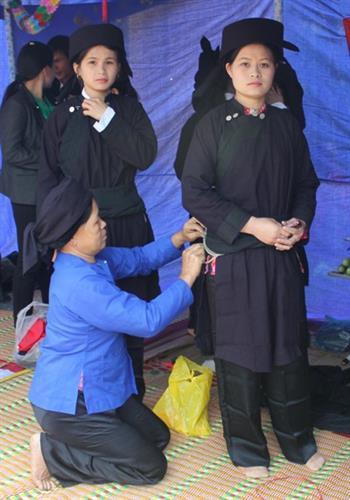 Các thiếu nữ Tày, Nùng được mẹ chuẩn bị cho những bộ trang phục truyền thống đẹp nhất để xuống chợ. Ảnh: baobackan.org.vn