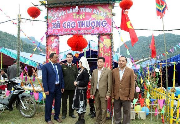 Ông Nguyễn Văn Du - Ủy viên Trung ương Đảng, Bí thư Tỉnh ủy, Chủ tịch HĐND tỉnh Bắc Kạn tại trại xuân xã quê hương. Ảnh: TH