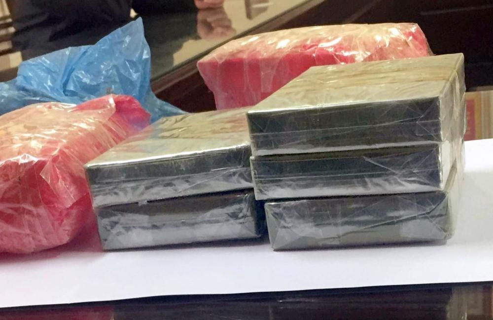 5 bánh hê-rô-in đang được vận chuyển từ Thái Nguyên lên Bắc Kạn để tiêu thụ thì bị bắt giữ.