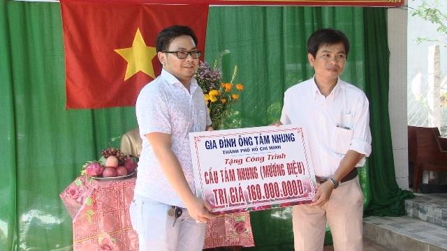Đơn vị tài trợ trao bảng tượng trưng số tiền 160 triệu đồng cho chính quyền địa phương