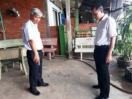 Ông Nguyễn Minh Tho- Giám đốc Sở Nông nghiệp và PTNT, ông Nguyễn Hiếu Nghĩa- Bí thư Thị ủy Bình Minh khảo sát khu vực xung quanh đoạn sạt lở.