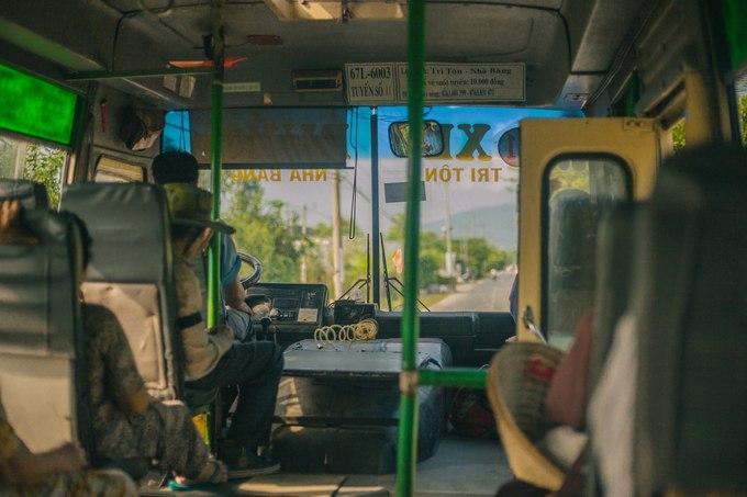 Bạn có thể chạy xe máy hoặc chọn xe buýt tuyến Nhà Bàng - Tri Tôn cũng được. Tuy xe hơi cũ nhưng thường vắng khách, chỗ ngồi thoải mái. Hầu hết hành khách là người dân tộc sống gần đó, nhân tiện trò chuyện, tìm hiểu về cuộc sống người địa phương cũng khá thú vị.