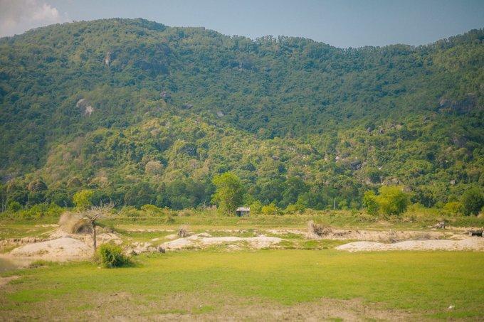 Đến Tri Tôn, bạn có thể dạo một vòng hồ Soài Chek để chụp ảnh. Đã vào mùa khô nên đồng lúa ngay sau hồ - điểm chụp ảnh khá đẹp mùa lúa chín đa phần đã gặt hết. Hồ cạn nước khiến khung cảnh trở nên cằn cỗi, bụi cỏ khô cháy trụi tạo cảm giác ma mị.