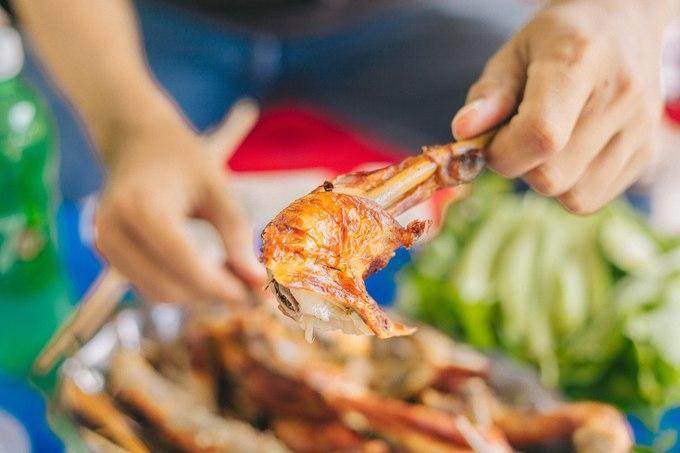 Gà đốt thực chất xuất xứ từ Campuchia, nguyên liệu chính là gà ta thả vườn thịt dai, săn chắc chứ không bị bở. Ở một số quán, khi có khách thì đầu bếp mới bắt gà chuẩn bị, thời gian chờ đợi lâu. Nếu muốn nhanh thì bạn có thể chọn gà nguyên con làm sẵn, ướp kĩ rồi cho vào nồi đốt lên trong vòng 15-20 phút đến khi da gà ngả sang màu vàng nhạt, gia vị thấm đều còn phần thịt chín, dậy mùi thơm nức mũi. Giá vào tầm 200.000 đồng/kg.