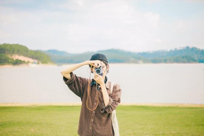 Thanh Sơn (hay còn gọi là Sơn Đoàn) - chàng trai mê phượt và nhiếp ảnh đến từ An Giang được nhiều người yêu mến nhờ những bộ hình tươi sáng, trong trẻo từ chuyến đi của mình. Sơn cũng chăm chỉ review nhiều điểm hay ho trên hành trình, một trong số đó có món gà đốt - đặc sản