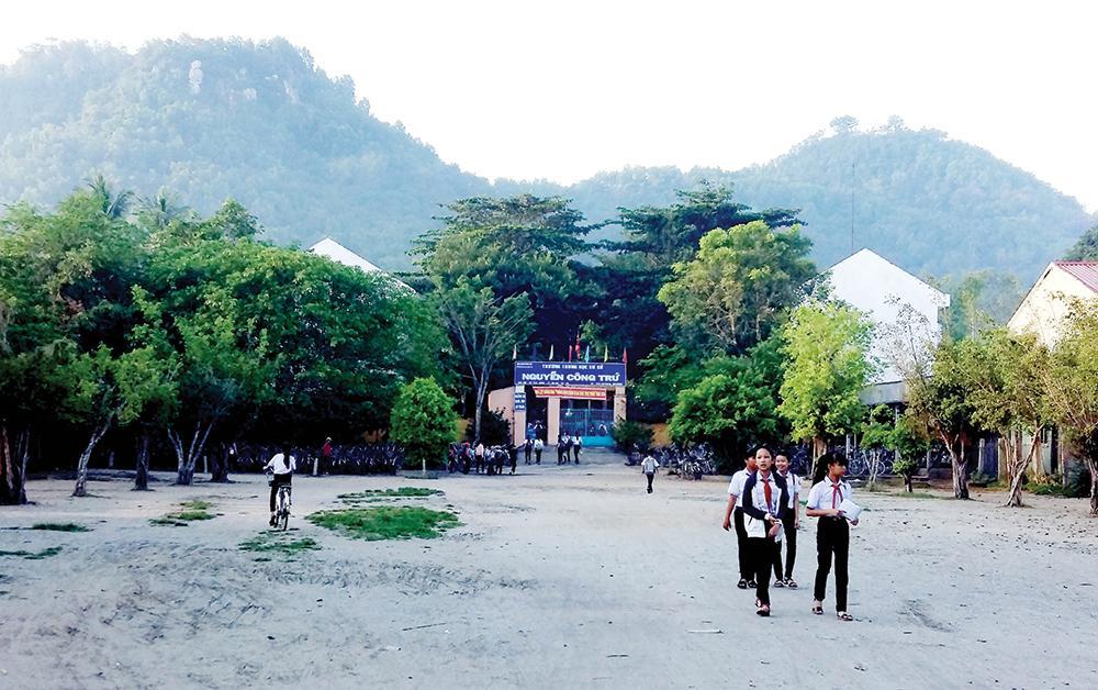 Trường THCS Nguyễn Công Trứ dưới chân núi Ba Thê.