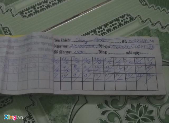 Sổ sách ghi chép việc thu tiền góp của người vay tiền. Ảnh: M.A.
