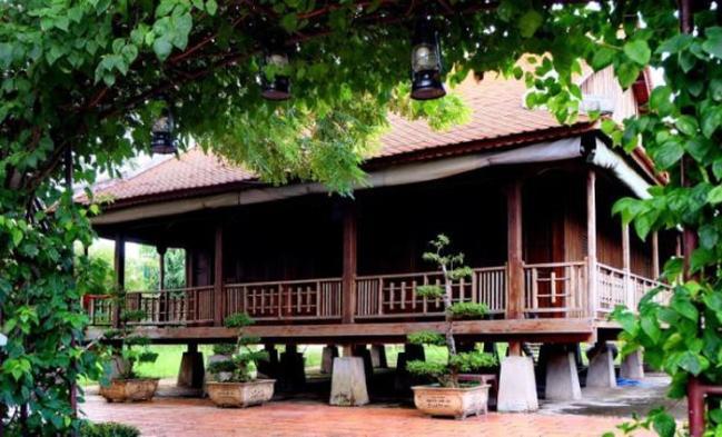 Các nhà sàn cao cấp trong làng Hòa An xưa - Ảnh: Dương Minh Bình