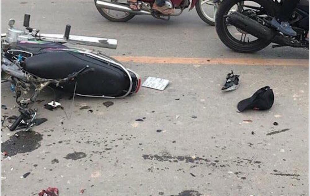 Chiếc xe máy vỡ nát phần đầu.