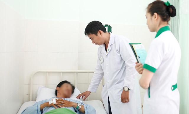 Bác sĩ chăm sóc cho nam bệnh nhân sau phẫu thuật. Ảnh: Bệnh viện cung cấp.