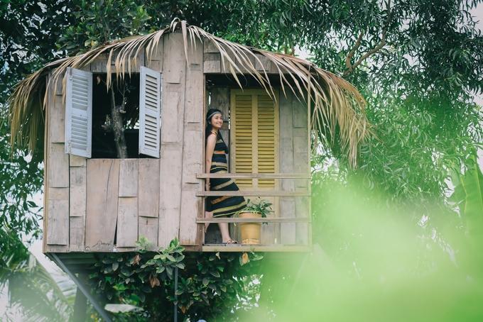 Vườn cũng dựng vài tiểu cảnh như ngôi nhà gỗ trên cây, xích đu hoa... và đạo cụ chụp ảnh cho khách có nhu cầu - Ảnh: Đoàn Nhựt Thanh