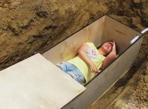 Trải nghiệm cái chết khi nằm gọn trong quan tài được đóng gỗ chắc chắn như người chết thật. Tất nhiên là một sự trải nghiệm vì thế họ đã đặt sẵn một ống dẫn khí đề phòng người nằm trong ngạt khí và thiếu oxy. Mọi chuyện đều bình thường và sẵn sàng .