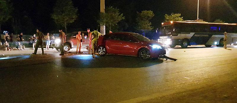 Hiện trường vụ tai nạn giữa xe ô tô BKS 14A-292.71 với xe mô tô BKS 89H8-3357.