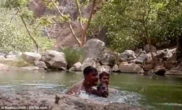 Radhey Shyam và Sudarshan đã nhảy xuống để cứu Chentan nhưng rồi cả ba đều cùng bị đuối nước.