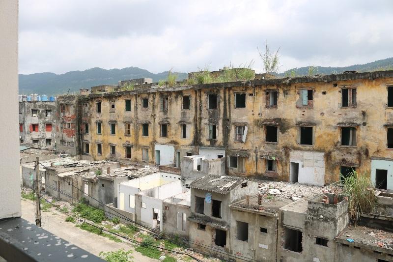 Những dãy nhà cao tầng tập thể công nhân mỏ, xây dựng từ những năm 70 của thế kỷ trước đã hư hỏng phải tháo dỡ tránh tai nạn sập đổ.