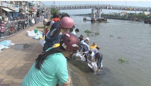 Người dân tham gia thả cá ra sông Sa Đéc