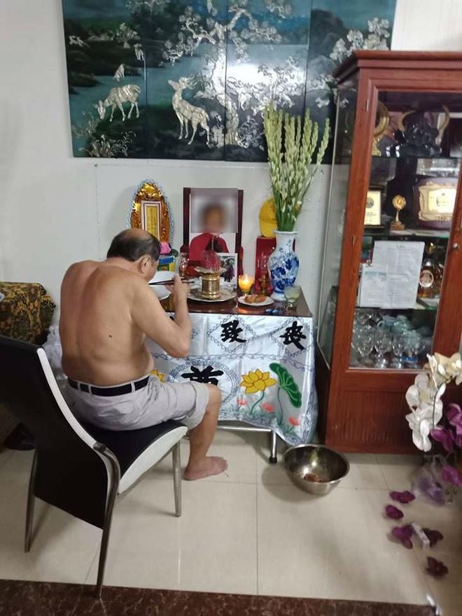 Hình ảnh cụ ông đã lớn tuổi vẫn ngồi ăn hàng ngày bên di ảnh vợ quá cố khiến nhiều người xót xa xen lẫn ngưỡng mộ.