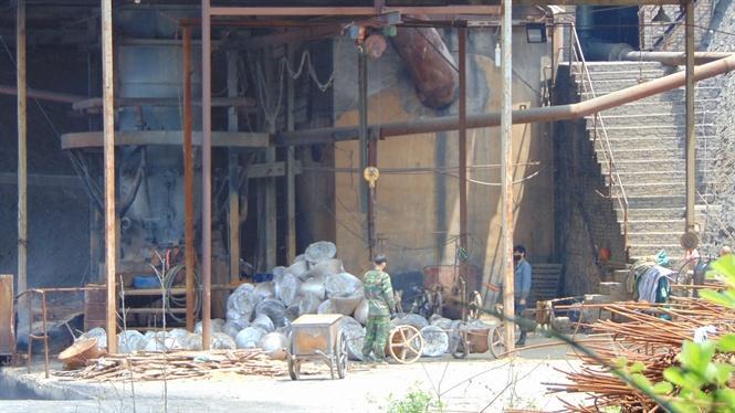 Lao động đang làm việc tại nhà máy chế biến khoáng sản Bản Tặc
