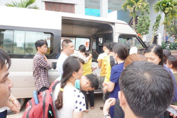 Người thân đưa linh cữu 3 mẹ con xấu số lên xe ô tô.