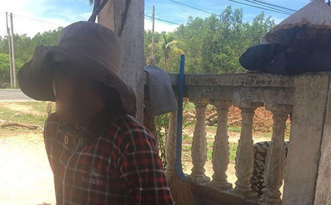 Người mẹ chôn con. Ảnh: báo Bình Thuận online