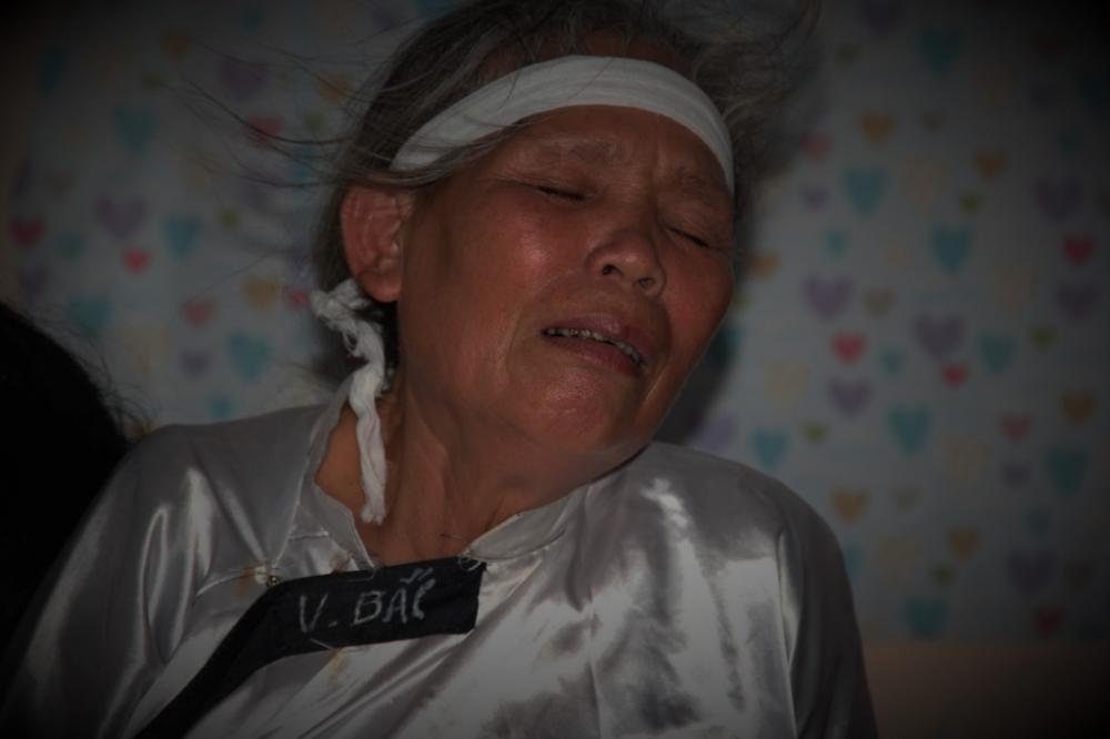 Bà Mai đau buồn trước sự ra đi đột ngột của con dâu và hai cháu. (Ảnh: Hoài Nam)