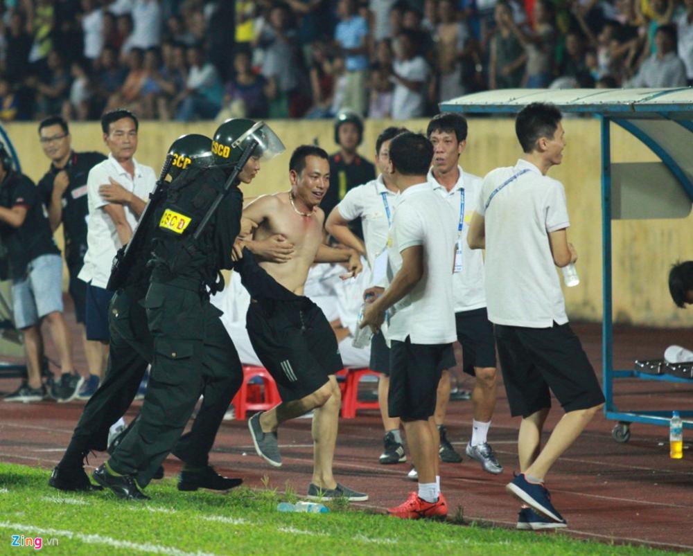 Không giấu được sự phấn khích, anh chạy tới ôm lấy HLV Văn Sỹ cùng cầu thủ ghi bàn là Đức Nam.
