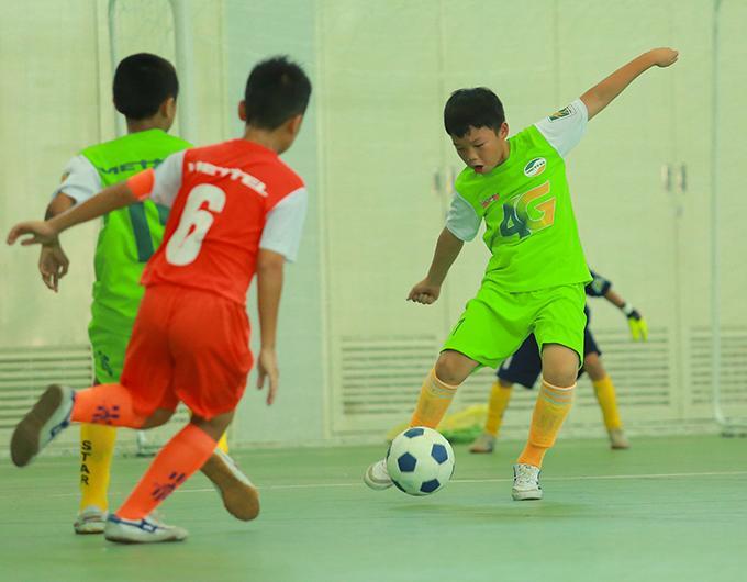 Đội U11 do Như Thành dẫn dắt (áo xanh) thi đấu có kỷ luật, đường nét rõ ràng.