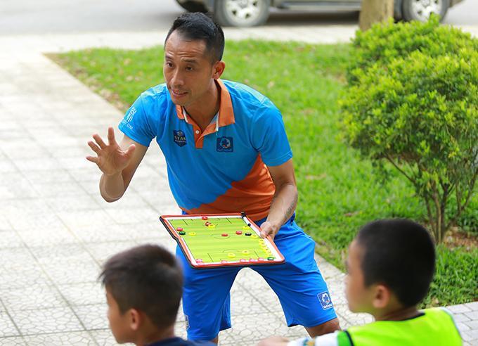 Vũ Như Thành trao đổi chiến thuật với học trò trong giờ nghỉ giải lao.