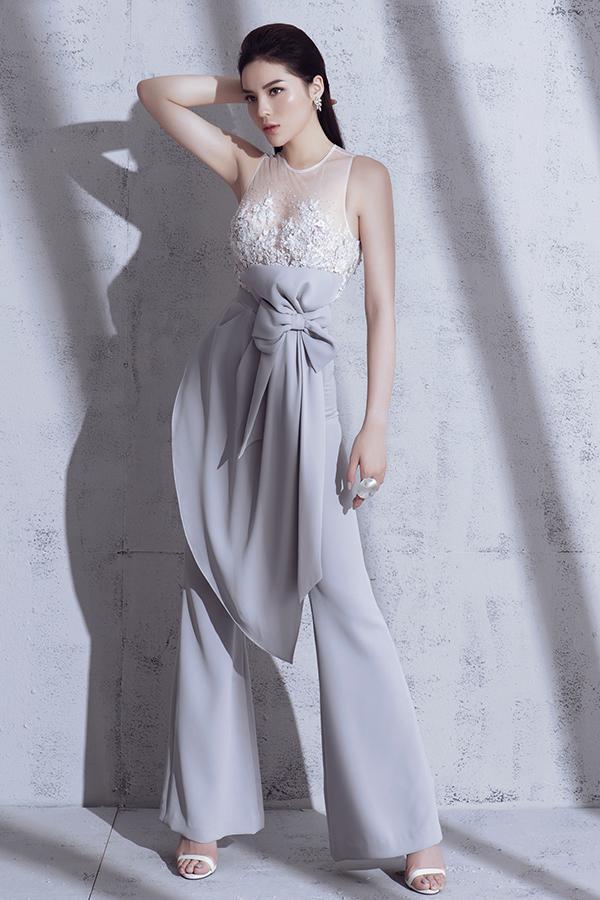 Bộ ảnh được thực hiện với sự hỗ trợ của nhiếp ảnh Milor Trần, stylist Mạch Huy, trang điểm Triệu Hải, trang phục Linh Nguyễn.