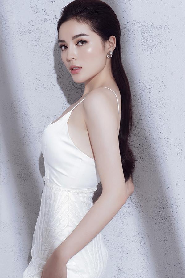 Chỉ sử dụng sắc trắng tinh khôi, nhưng nhà thiết kế đã khéo sáng tạo để mang đến sự đa dạng trong các mẫu váy ở bộ sưu tập này.