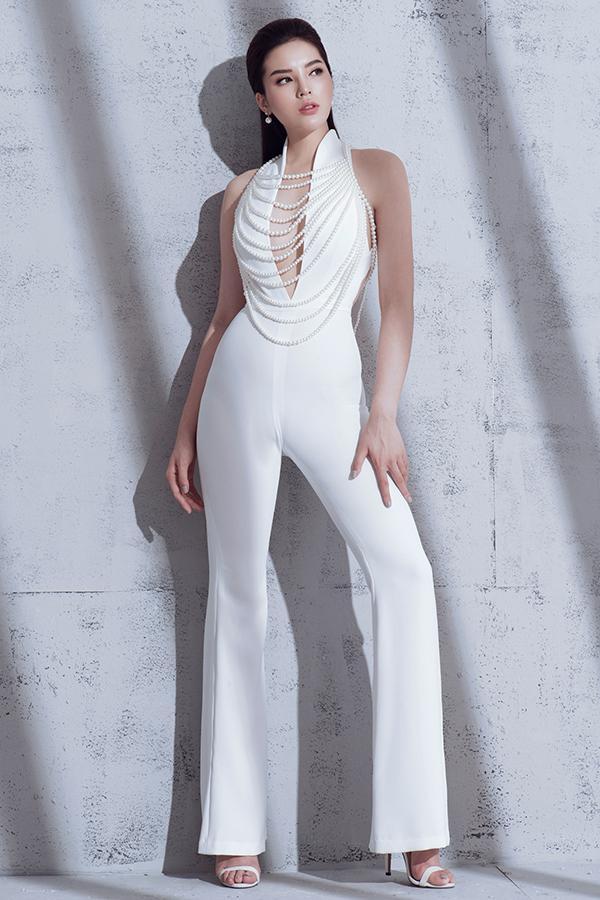 Chiều cao 176cm cùng đôi chân dài giúp Kỳ Duyên thu hút khi diện các mẫu trang phục gợi cảm và hiện đại.