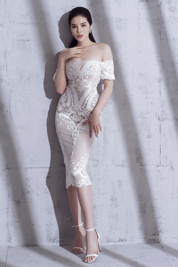 Mẫu váy đi tiệc cho những cô nàng thành thị với nhiều chi tiết xuyên thấu ở cúp ngực hay thắt nơ ngay eo tạo điểm nhấn thú vị.