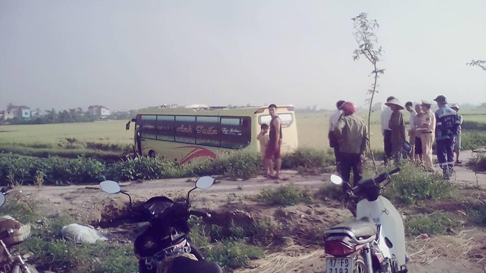Do bị mất lái, ô tô chở khách đã lao xuống ruộng.