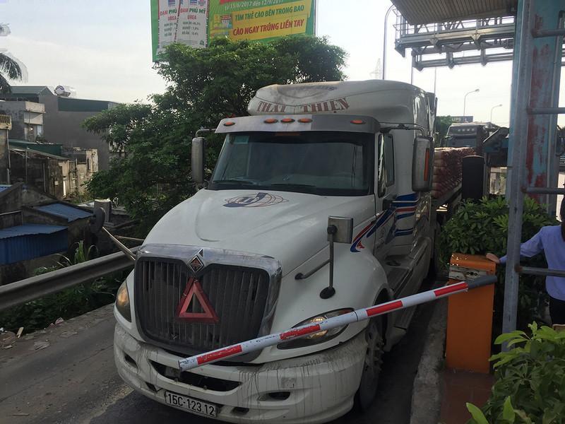 Vào chiều 5/6, tại trạm BOT Tân Đệ đã xảy ra tình huống nhiều tài xế điều khiển phương tiện đâm thẳng qua barie mà không trả phí.